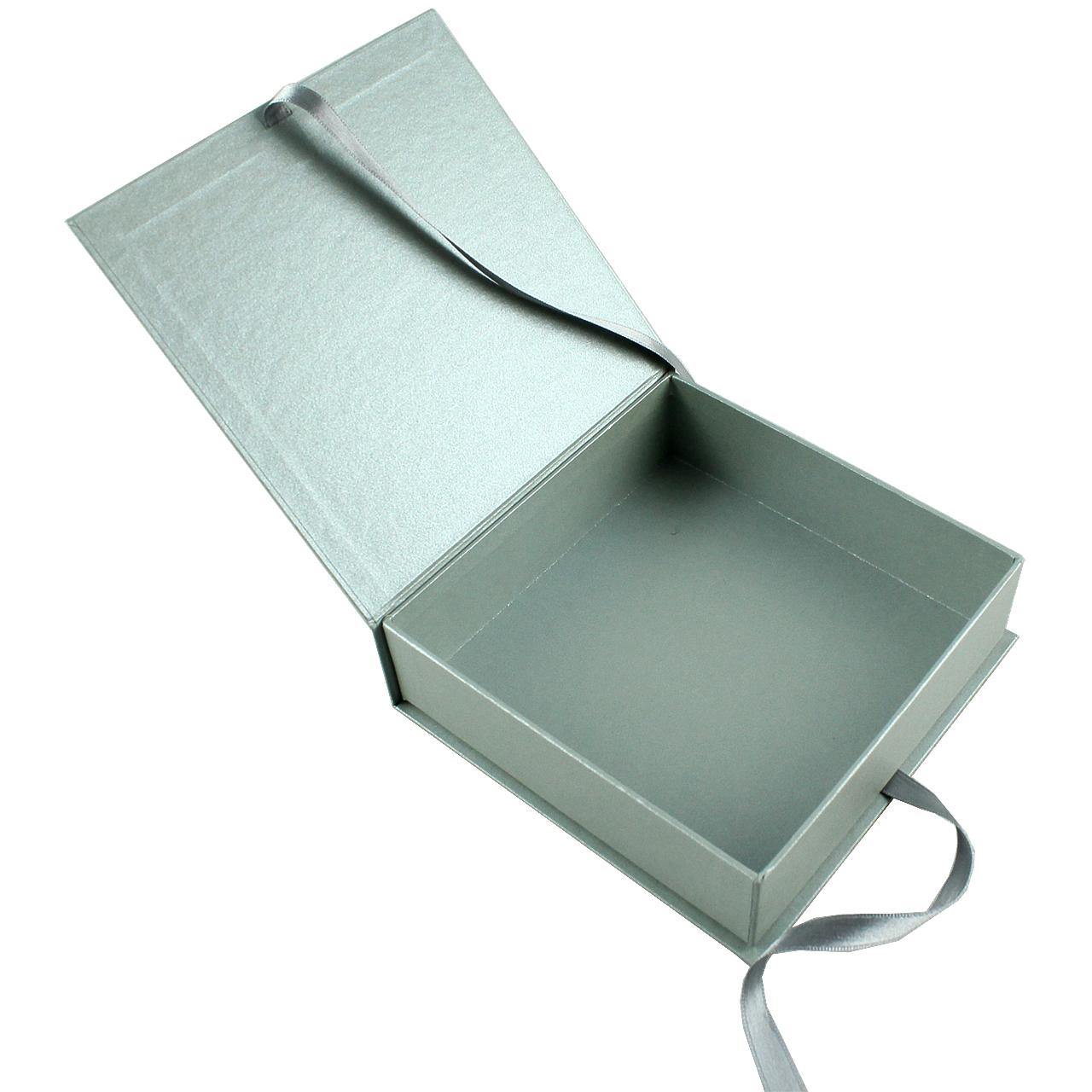 Cutie De Cadou Din Carton Argintiu Si Funda Argint