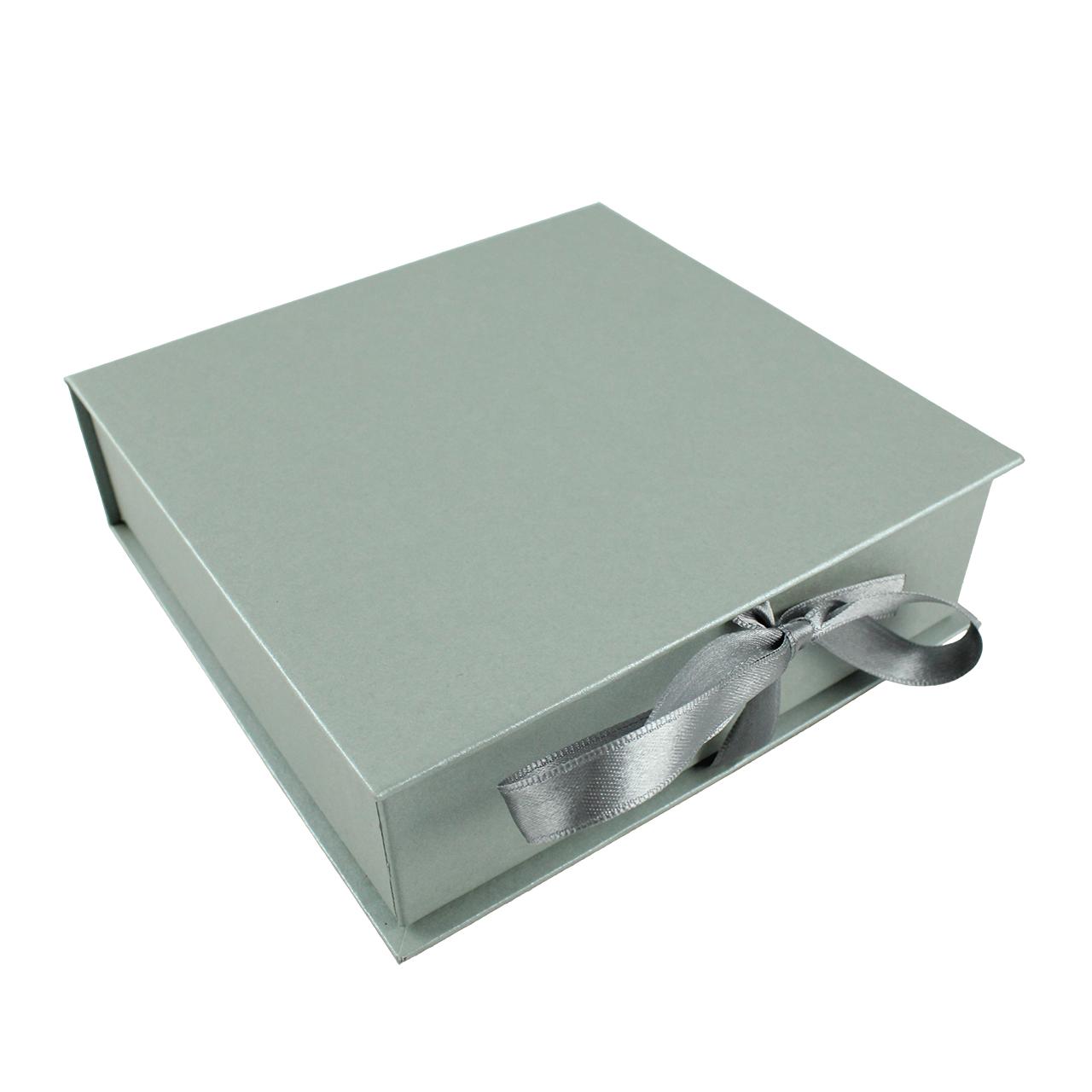 Cutie De Cadou Din Carton Argintiu Si Funda Argintie