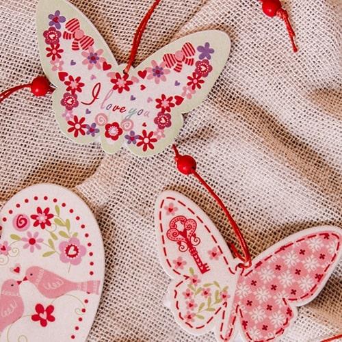 Decoratiune fluturas din lemn roz 8x6 cm( 392015)