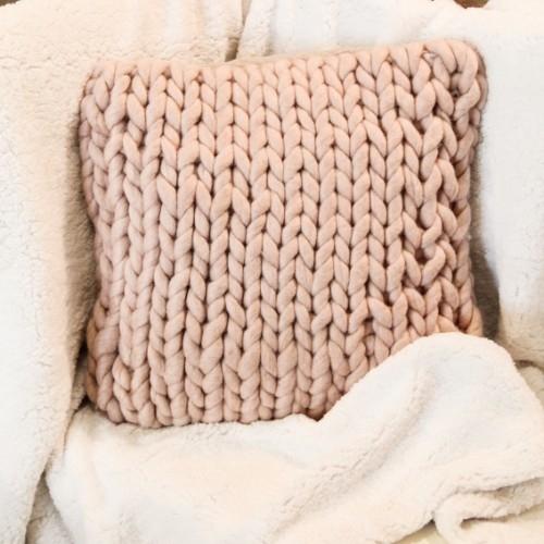 Perna Cozy Pink din lana 45x45 cm chicville 2021